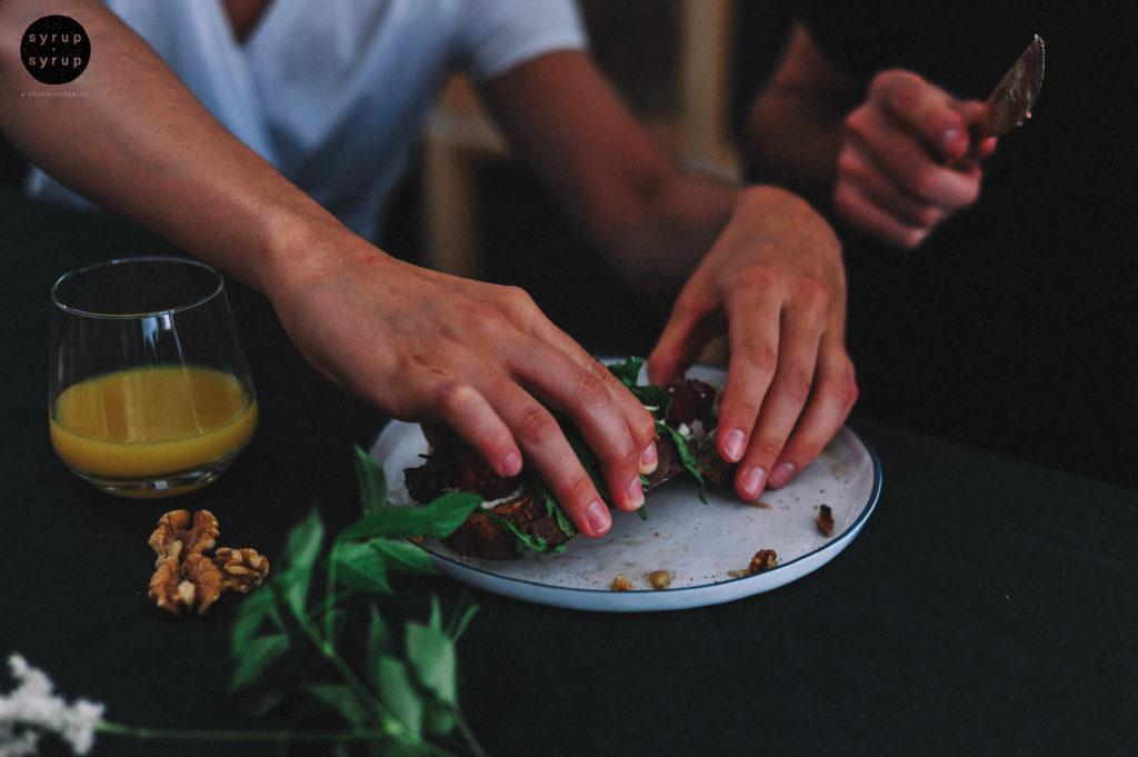 Tartine vegan 04a 1024x681 - Tartine mit veganem Frischkäse, Himbeeren, Rucola und Walnüssen
