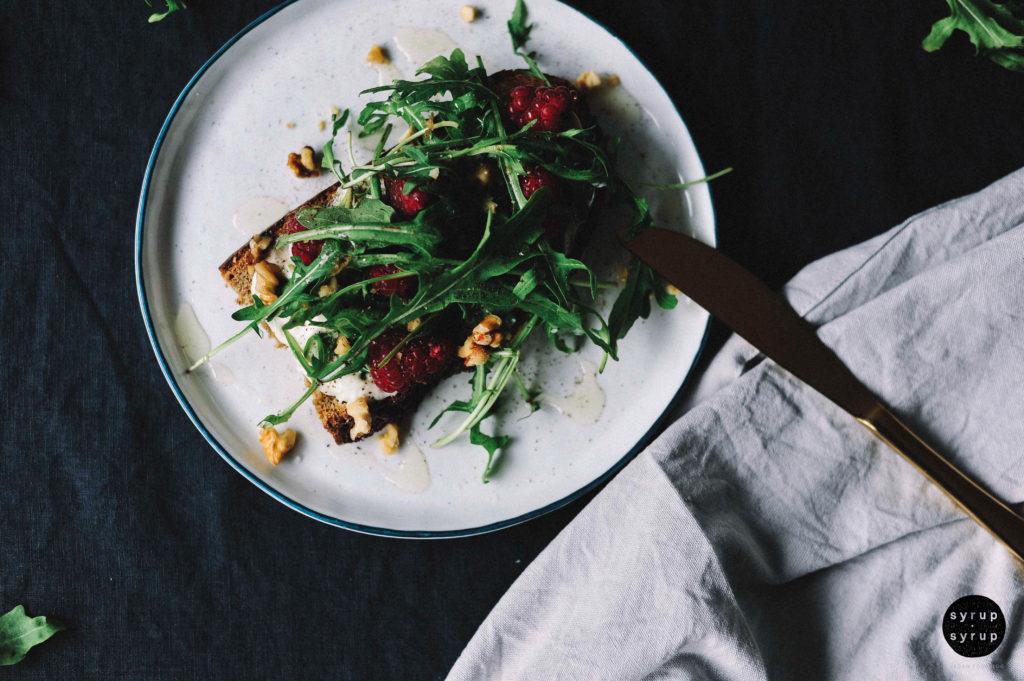 Tartine vegan 05a 1024x681 - Tartine mit veganem Frischkäse, Himbeeren, Rucola und Walnüssen